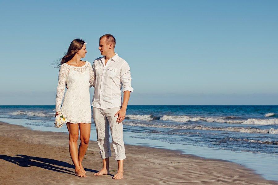 robe de mariée courte en dentelle à manche longue à la plage